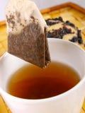 Parte posteriore del tè sopra un teacup Immagine Stock