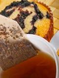 Parte posteriore del tè sopra un teacup Fotografia Stock