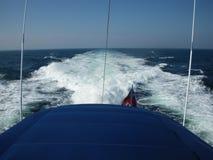 Parte posteriore dell'yacht e del risveglio fotografia stock libera da diritti