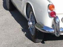 Parte posteriore di vecchia automobile classica britannica Vista particolare della luce sinistra della coda, del paraurti brillan Fotografia Stock Libera da Diritti