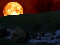 parte posteriore eccellente della luna del sangue blu sulla montagna Fotografia Stock