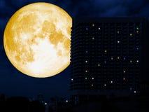 parte posteriore eccellente della luna di alta costruzione nella città di notte Immagini Stock