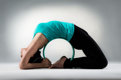 Parte posteriore professionale di signora di yoga intorno all'anello dei pilates Immagini Stock
