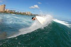 Parte praticante il surfing fuori dal labbro Fotografia Stock