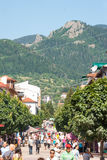 Parte que camina de la ciudad de Smolyan en Bulgaria Foto de archivo