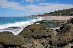 Parte rocciosa della linea costiera della spiaggia di Aliso a Laguna Bea Fotografia Stock Libera da Diritti