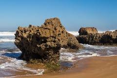 Parte rochosa da costa de Oceano Atlântico, Marrocos imagens de stock royalty free