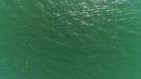Parte superior aérea abaixo da ideia da textura verde da água do mar video estoque