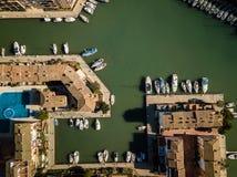 Parte superior aérea abaixo da vista de Saplaya portuário Alboraya perto de Valencia Spain fotos de stock royalty free