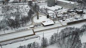 Parte superior aérea abaixo da vista pitoresca na cidade de Riga, parte industrial dela Zangão 4k video estoque