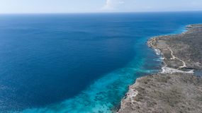 Parte superior aérea do zangão do mar das caraíbas da ilha de Bonaire da costa da praia do mar Imagens de Stock