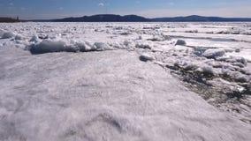 A parte superior aérea vê para baixo sobre o teste padrão gelado da superfície do rio Estação do inverno no Rio Volga vídeos de arquivo