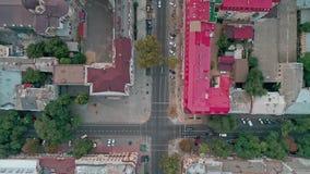 Parte superior abaixo da vista aérea em interseções do centro das ruas da cidade velha de Odessa vídeos de arquivo