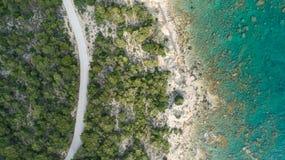 Parte superior abaixo da vista aérea da grande estrada da curva do oceano imagens de stock royalty free