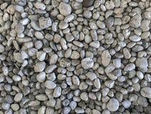 Parte superior abaixo da vista do seixo cinzento da pedra do mar dos termas para o fundo imagem de stock royalty free