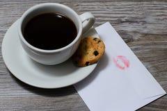Parte superior acima do fim das despesas gerais acima da foto da vista da xícara de café fresca saboroso da manhã Um copo do café imagem de stock royalty free