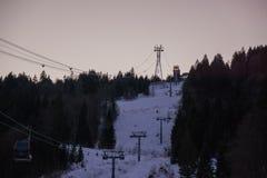 Parte superior alemão da montanha dos cumes na corrida de esqui do inverno no crepúsculo imagens de stock