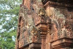 Parte superior antiga do telhado do templo banteay 1 de Srei Fotografia de Stock