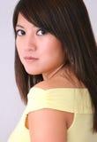 Parte superior asiática do amarelo da mulher Fotografia de Stock