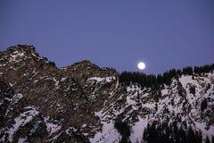 Parte superior bávara da montanha dos cumes na elevação da lua do inverno foto de stock