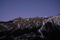 Parte superior bávara da montanha dos cumes no crepúsculo do inverno imagem de stock