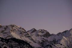 Parte superior bávara da montanha dos cumes no por do sol bonito do inverno fotos de stock royalty free