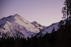 Parte superior bávara da montanha dos cumes no por do sol do inverno fotos de stock
