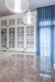 Parte superior contrária de mármore brilhante na cozinha Imagens de Stock Royalty Free