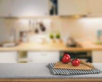 Parte superior contrária do granito com tomate e placa de desbastamento Imagens de Stock Royalty Free