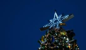 A parte superior da árvore de Natal, na perspectiva do céu noturno, feriados festivos do humor, ano novo fotos de stock