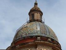 Parte superior da abóbada da cerâmica colorida da igreja de Carmine Maggiore em Palermo em Sicília, Itália fotografia de stock royalty free