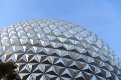 Parte superior da bola do epcot no c?u da luz do dia imagem de stock royalty free