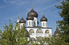 Parte superior da catedral na cidade de Dmitrov, Rússia Fotos de Stock Royalty Free