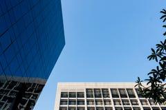 Parte superior da construção com fundo do céu azul Imagens de Stock