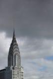 Parte superior da construção de Chrysler com as nuvens escuras atrás dela Imagens de Stock