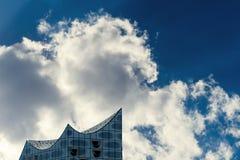 Parte superior da construção do Elbphilharmonie na frente de um céu nebuloso dramático no verão imagens de stock royalty free