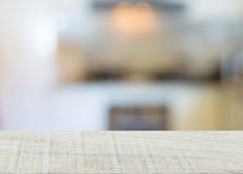 parte superior da cozinha da madeira e do borrão imagem de stock