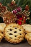 A parte superior da estrutura tritura a torta e as algumas decorações do Natal Imagens de Stock Royalty Free