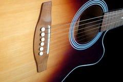 Parte superior da guitarra acústica com os seis close up das cordas Fotografia de Stock Royalty Free