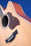 Parte superior da guitarra acústica com os seis close up das cordas Fotos de Stock