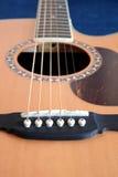 Parte superior da guitarra acústica com os seis close up das cordas Foto de Stock