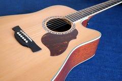 A parte superior da guitarra acústica com seis cordas isolou o close up Fotos de Stock