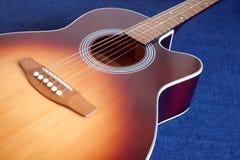 A parte superior da guitarra acústica com seis cordas isolou o close up Fotografia de Stock Royalty Free