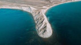 A parte superior da montanha acima da opinião azul do mar Vista do zangão imagens de stock