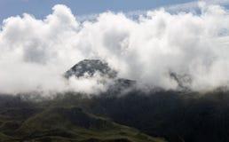 Parte superior da montanha da bordadura das formações da nuvem fotos de stock