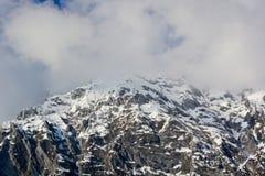 A parte superior da montanha coberta por nuvens fotos de stock
