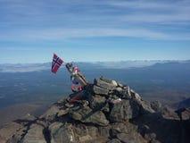 Parte superior da montanha com bandeira imagem de stock
