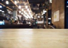 A parte superior da tabela com o restaurante do café da barra borrou o fundo Fotografia de Stock Royalty Free
