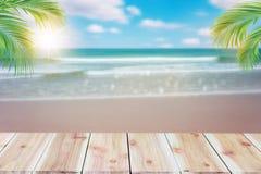 Parte superior da tabela de madeira com fundo borrado da árvore do mar e de coco imagens de stock royalty free