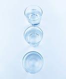 Parte superior da vista de vidros da bebida com conceito da água, da nutrição e dos cuidados médicos Imagens de Stock